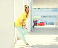 Blonde junge Frau der Mode recht Stockbild