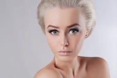 blonde junge Frau der Schönheit Lizenzfreie Stockfotos