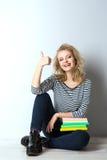 Blonde junge Frau der Schönheit mit Büchern Stockbild