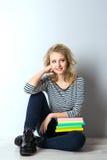 Blonde junge Frau der Schönheit mit Büchern Stockfotos