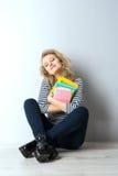 Blonde junge Frau der Schönheit mit Büchern Stockfoto