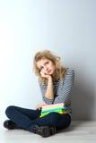 Blonde junge Frau der Schönheit mit Büchern Lizenzfreie Stockbilder