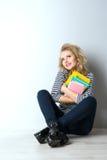Blonde junge Frau der Schönheit mit Büchern Stockbilder