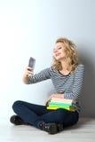 Blonde junge Frau der Schönheit mit Büchern Lizenzfreie Stockfotografie