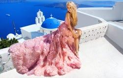 Blonde junge Frau der Schönheiten für lang überraschende weiße rosa Hochzeit Stockbilder