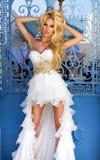 Blonde junge Frau der Schönheiten für lang überraschende weiße rosa Hochzeit Lizenzfreie Stockfotos