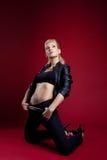 Blonde junge Frau in der schwarzen Lederjacke Lizenzfreie Stockfotos