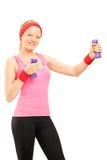 Blonde junge Frau in der Sportkleidung trainierend mit Barbells Lizenzfreies Stockfoto