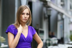 Blonde junge Frau in der Stadt Stockfotos