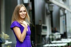 Blonde junge Frau in der Stadt Lizenzfreie Stockfotos