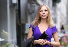 Blonde junge Frau in der Stadt Lizenzfreies Stockbild