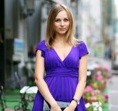 Blonde junge Frau in der Stadt Stockfotografie