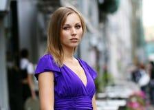 Blonde junge Frau in der Stadt Lizenzfreie Stockbilder