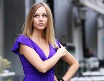 Blonde junge Frau in der Stadt Stockfoto
