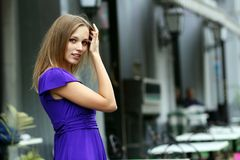 Blonde junge Frau in der Stadt Stockbild