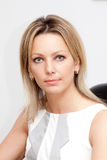 Blonde junge Frau in der weißen Bluse Lizenzfreie Stockfotos