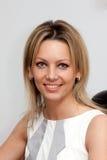 Blonde junge Frau in der weißen Bluse Lizenzfreie Stockbilder