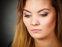 Blonde junge Frau des Porträts, die ernsten Gesichtsausdruck hat Lizenzfreie Stockbilder