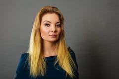 Blonde junge Frau des Porträts, die ernsten Gesichtsausdruck hat Lizenzfreie Stockfotografie