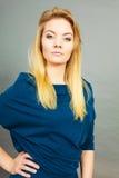 Blonde junge Frau des Porträts, die ernsten Gesichtsausdruck hat Lizenzfreies Stockbild