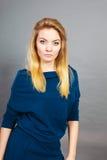 Blonde junge Frau des Porträts, die ernsten Gesichtsausdruck hat Lizenzfreie Stockfotos