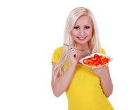 Blonde junge Frau, die den gesunden Pfeffersalat getrennt isst Stockfotografie