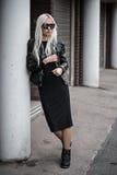 Blonde junge Frau, die draußen aufwirft Stockfoto