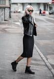 Blonde junge Frau, die draußen aufwirft Lizenzfreie Stockbilder