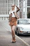 Blonde junge Frau, die draußen aufwirft Lizenzfreie Stockfotos