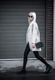 Blonde junge Frau, die draußen aufwirft Lizenzfreie Stockfotografie