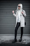 Blonde junge Frau, die draußen aufwirft Stockfotos