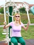 Blonde junge Frau, die draußen ausarbeitet Stockbild
