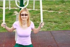 Blonde junge Frau, die draußen ausarbeitet Stockfoto