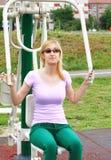 Blonde junge Frau, die draußen ausarbeitet Stockfotografie