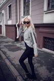 Blonde junge Frau, die draußen geht Lizenzfreie Stockbilder