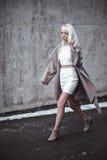 Blonde junge Frau, die draußen geht Stockfoto