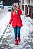 Blonde junge Frau, die draußen geht Lizenzfreies Stockfoto