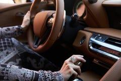 Blonde junge Frau, die ein Sportauto fährt Lizenzfreie Stockfotos