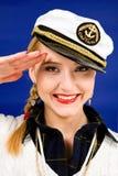 Blonde junge Frau, die in einer Meerc$spitzeschutzkappe begrüßt lizenzfreies stockfoto