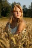 Blonde junge Frau, die ernst schaut Stockfoto