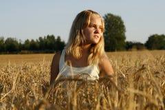 Blonde junge Frau, die ernst und durchdacht schaut Stockfotografie