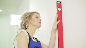 Blonde junge Frau, die Geistniveau verwendet stock footage