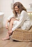 Frau, die ihr Bein depilating ist Lizenzfreies Stockfoto