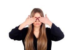 Blonde junge Frau, die ihre Augen bedeckt Stockfoto
