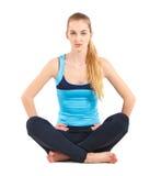 Blonde junge Frau, die ihre Yogaausdehnung tut Lizenzfreies Stockfoto