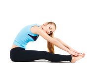 Blonde junge Frau, die ihre Yogaausdehnung tut Stockfotos