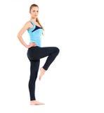 Blonde junge Frau, die ihre Yogaausdehnung tut Lizenzfreie Stockfotografie