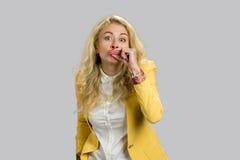 Blonde junge Frau, die lustige Lippen herstellt Lizenzfreie Stockfotos