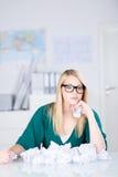 Blonde junge Frau, die nach neuer Idee sucht Lizenzfreie Stockbilder