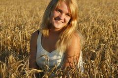 Blonde junge Frau, die süß lächelt. Lizenzfreies Stockbild